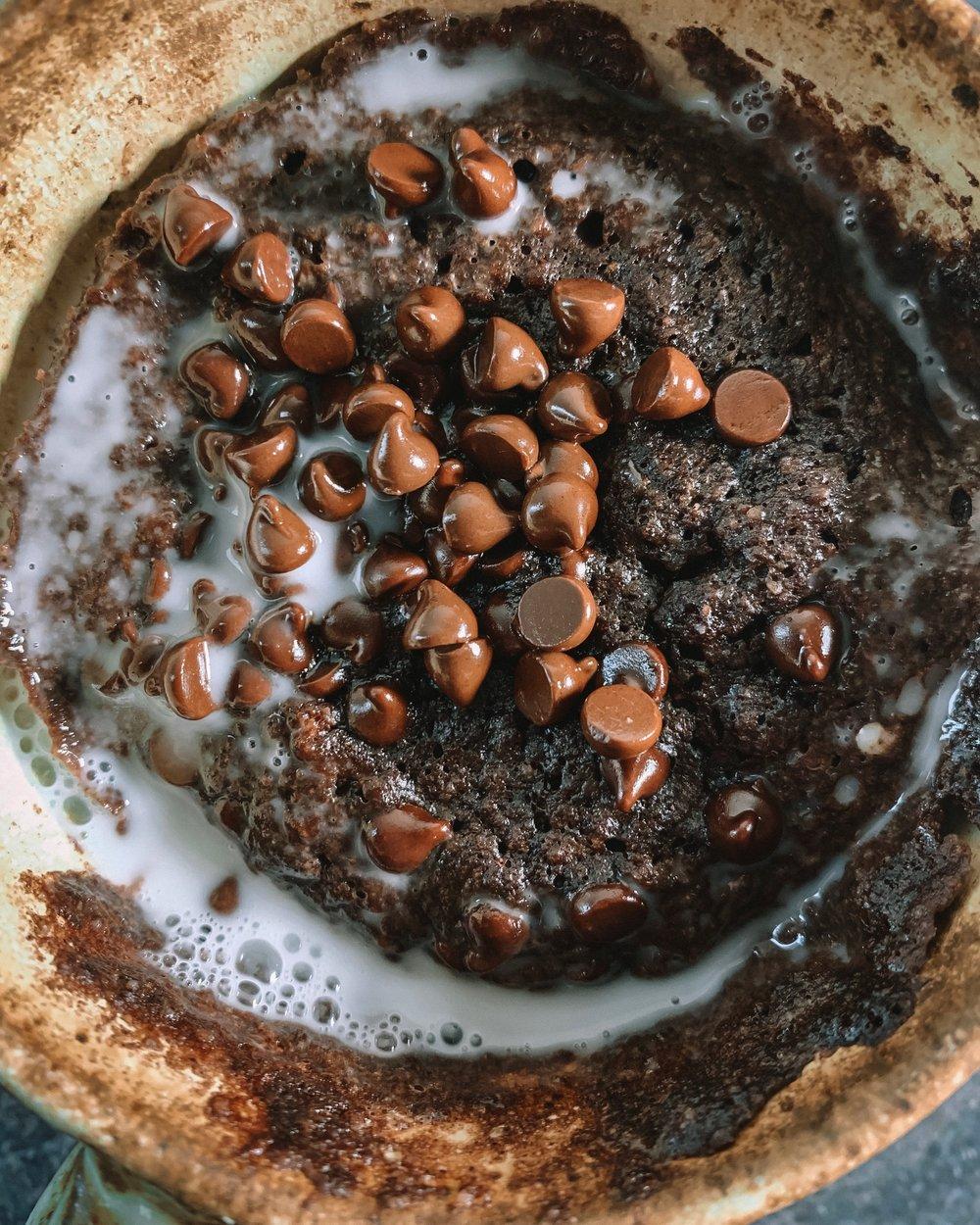 PALEO MUG BROWNIE CAKE - 4 tb almond flour 2 tb cacao powder2 tb coconut sugar1 egg2 tb almond milkpinch of saltdairy free chocolate chips
