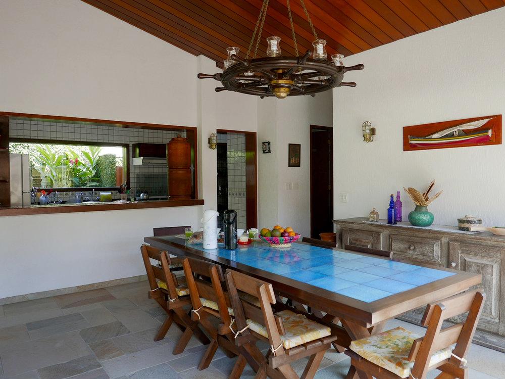 mesa-de-refeições-e-cozinha-aberta.jpg