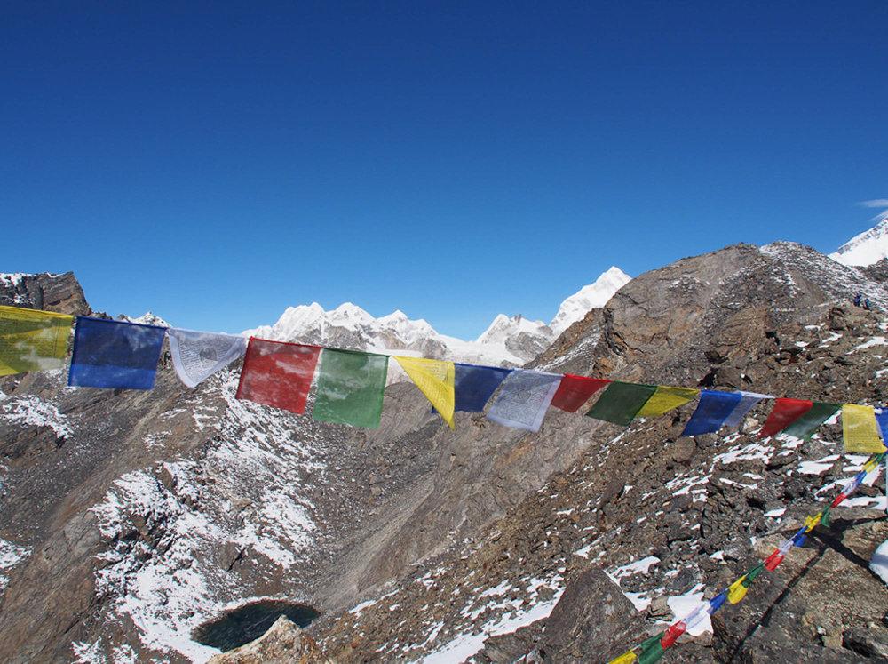 Nepal montagnes drapeaux.jpg