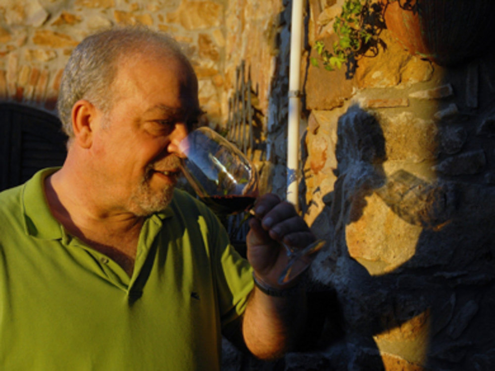Mimmo goute son vin artisanal.jpg