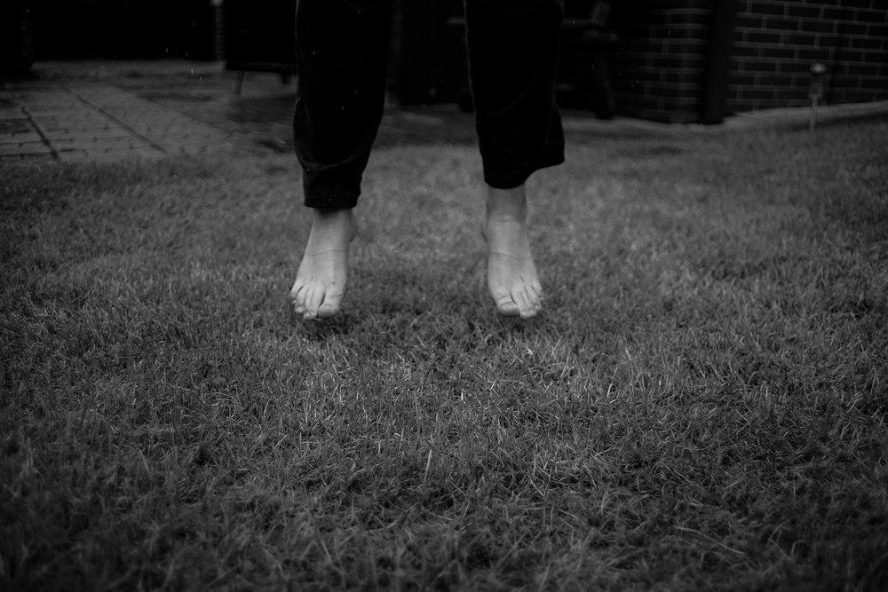 Unosić się gdzieś 30 centymetrów ponad trawnikami!