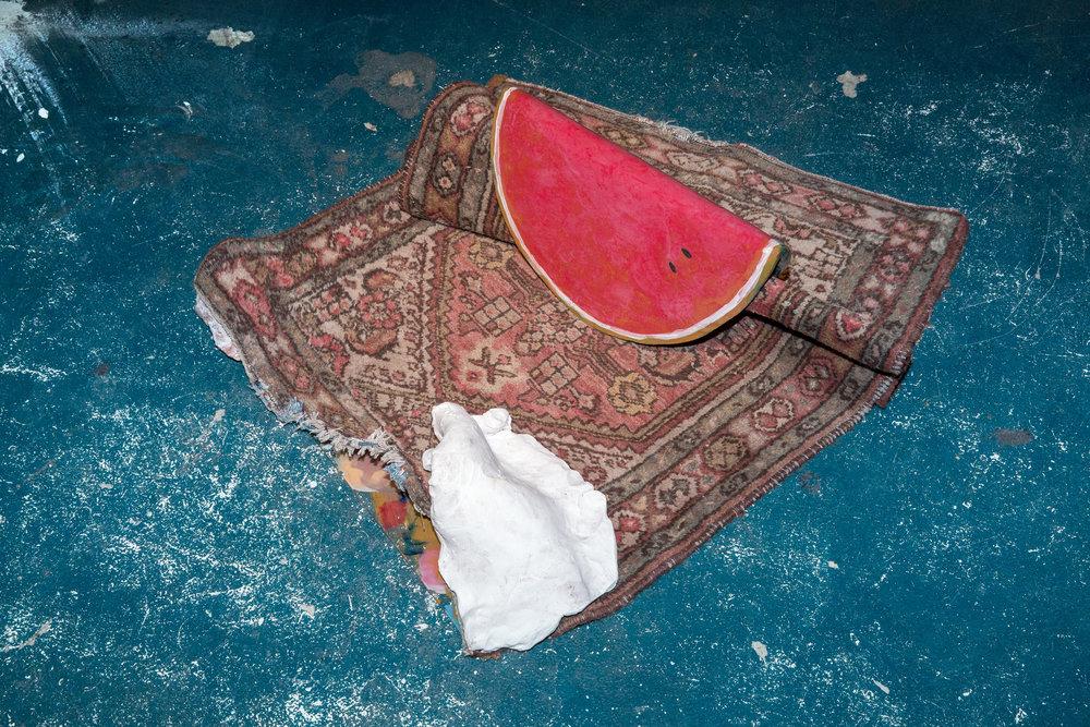 Carped Trapped by a Watermelon, 2014 Keramik, Gips, Teppich, bemaltes Glas 35 x 110 x 70 cm
