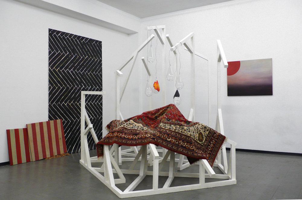 Ausstellungsansicht: Ich seh etwas was Du nicht siehst, 2010 Installation mit diversen Materialien Holzkonstruktion: ca 250 x 300 x 400 cm Bild: 74 x 93 cm