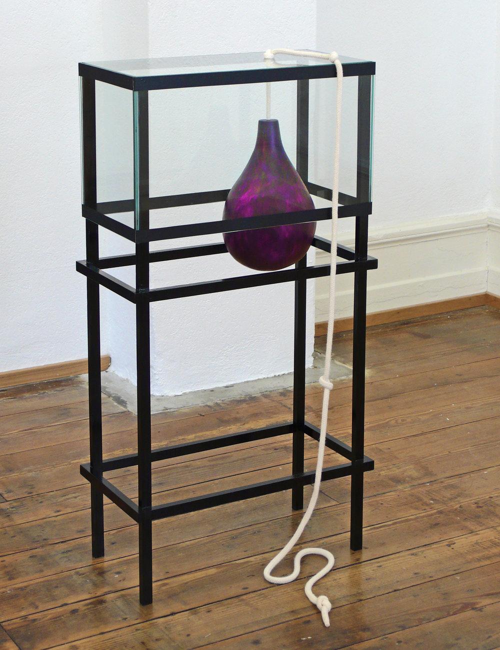 Geschehen erzeugen, wo Nichts Geschehen will, 2010 Glas, Gips, Holz, Lackfarbe, Seil, Klebeband 100 x 50 x 25 cm