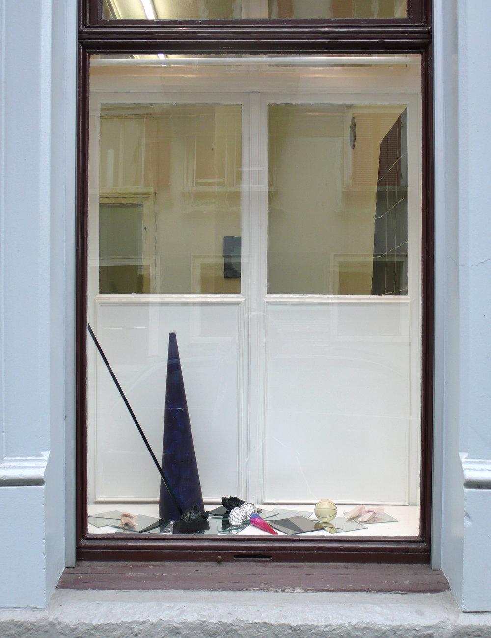 Stilleben mit Kegel, 2010 Gips, Spiegel, Alufolie, Holz, Tusche ca. 80 x 120 x 45 cm