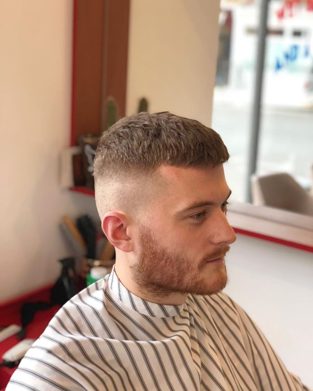 Stone cold outside. Stone cold cuts inside. Get ya self down, get a haircut, bev, and have and laugh. 💙💈✂️ #ELPbarbershop #londonbarber #menshair #wetshave #haircut #beer #girlswithshorthair #girlcrop #barbershop #menshaircut #classiccut #malegrooming #amwellstreet #ec1 #barbershopconnect #modernbarber #wahl #grooming