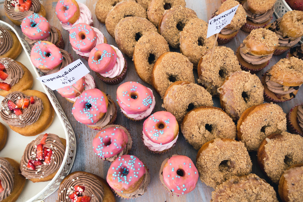 foodiesfeed.com_cupcakes-and-donuts-from-above.jpg