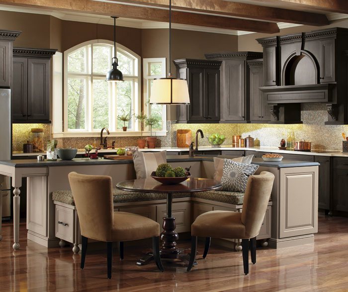 casual_kitchen_large_kitchen_island.jpg