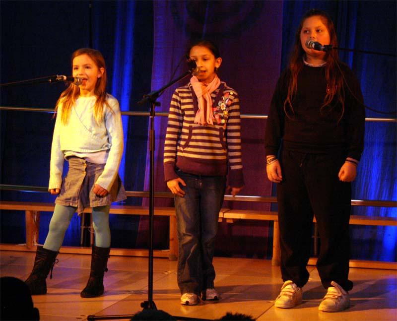 Pics-Intnl11-Czech song by 3rd girls.jpg