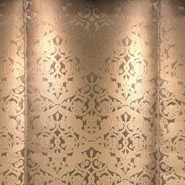 ❤️this beautiful textile by @rubelli_group from @johnbrooksinc  Detail from a Murphy bed headboard upholstered in place by our local artisans 👌 #interiordesign #scottsdale #headboard #upholstery #craftsmanship #oneofakind #traditionalinteriors #luxuryhomes #cozy