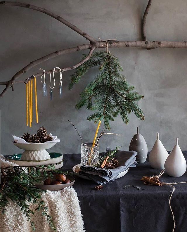 """""""TABLE STYLING WORKSHOP"""". • Yeni yıl ufukta göründü. Yakında, bir masa etrafına toplanacağız en sevdiklerimizle. Hadi o sofrayı çok özel kılalım. Tabiatın eşsiz hediyeleriyle... Çam dallarının, sedirlerin, biberiyenin, tarçının mis gibi kokusunu, hayat saçan dokularını eve taşıyalım. Doğanın bereketini soframızda paylaşalım. Gösterelim sevdiklerimize onlarla olmaktan duyduğumuz sevinci ve minneti. Küçük dokunuşların büyüsüne birlikte kapılalım. O zaman buluşalım yeni WORKSHOP'ımızda. • Keyifli, uyumlu bir sofra için renkleri, dokuları, az ve öz süslemeyi, yaratıcı fikirleri konuşalım. Menü hazırlamanın, sunmanın inceliklerini öğrenelim, 2019 yılbaşı menü önerisinin tariflerini paylaşalım. • Aralık 21, 11:00-14:00 . Yerimiz sınırlı unutmayın. Kayıt için DM lütfen."""