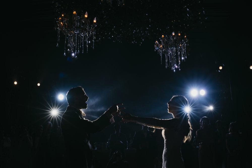 ONE - - Cobertura de 10 hrs ( Un fotógrafo + Iluminador)Entrega:-300 fotografías seleccionadas como mínimo del reportaje de tu boda- Link en plataforma digital con galería y libre descarga-