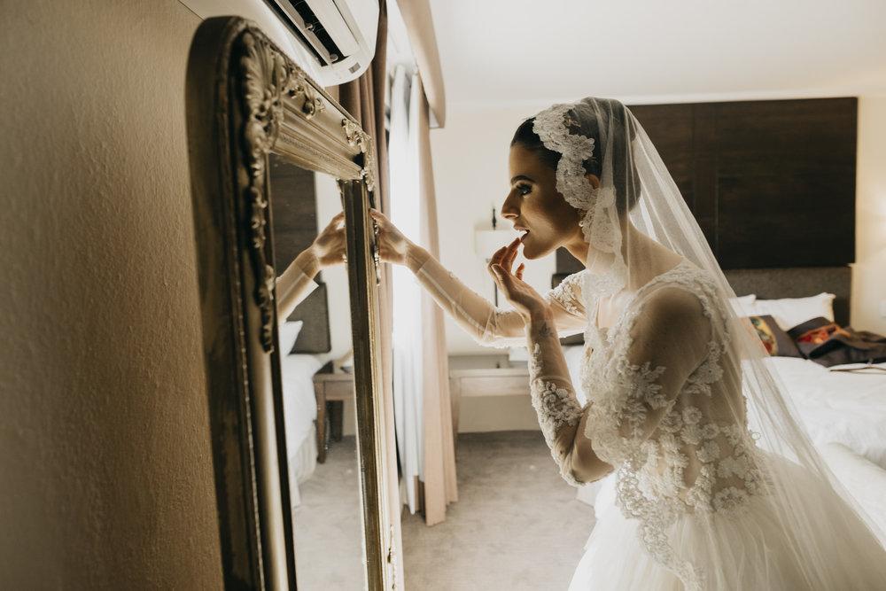 TWO - - Cobertura de 16 hrs ( Dos fotografos + Iluminador)Entrega:-500 fotografías seleccionadas como mínimo del reportaje de tu boda- Link en plataforma digital con galería y libre descarga-Slideshow con las mejores 100 fotos del evento.-