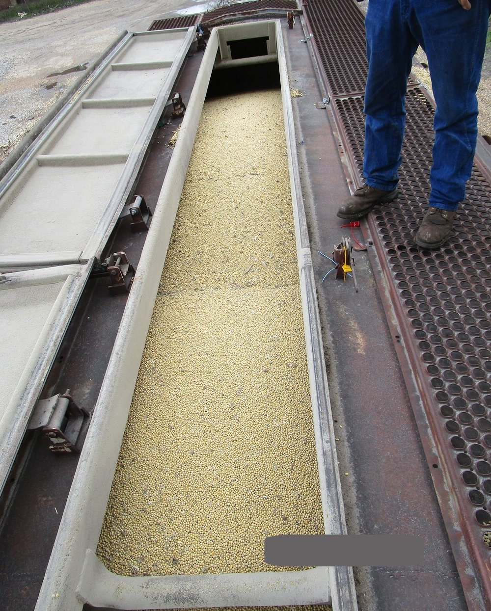 Flowables can easily be evened out across compartments for safer transport. Salvageable spilled product is carefully relocated back into the railcar.