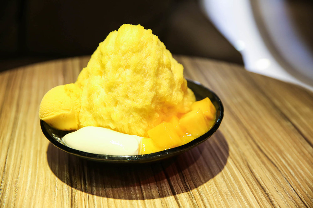 著名的新鲜芒果棉花甜,搭配新鲜的芒果,布丁和芒果冰淇淋。