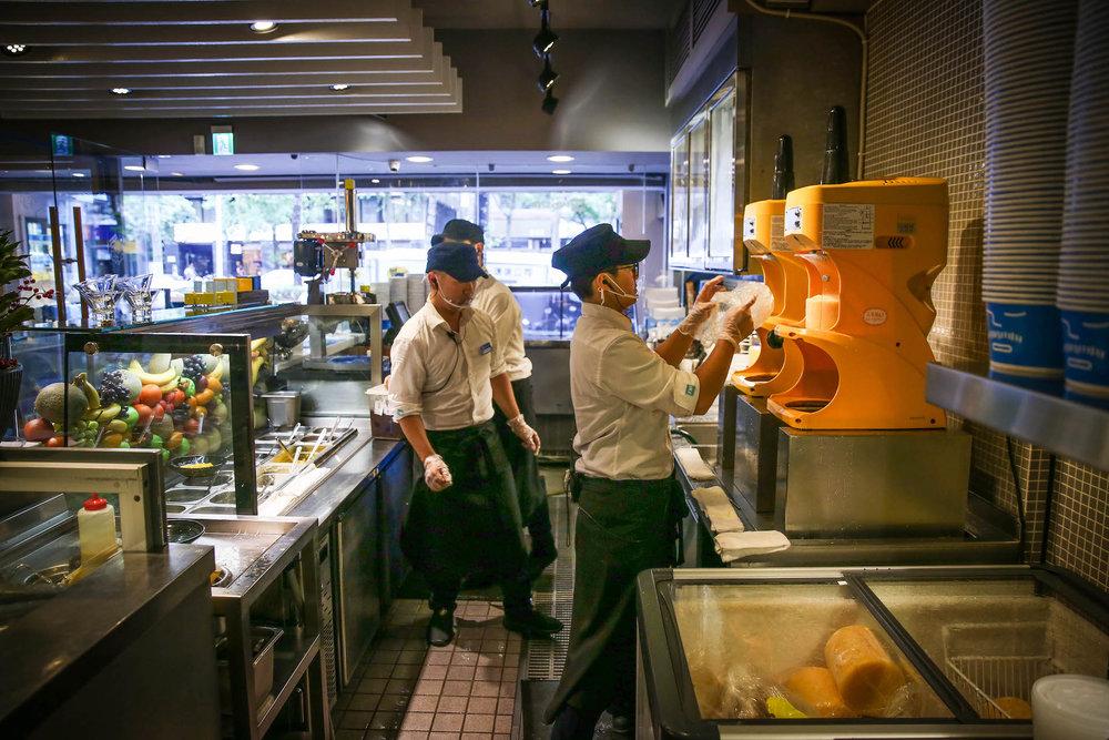 店员在Ice Monster台北忠孝旗艦店里准备着制作冰品的材料。