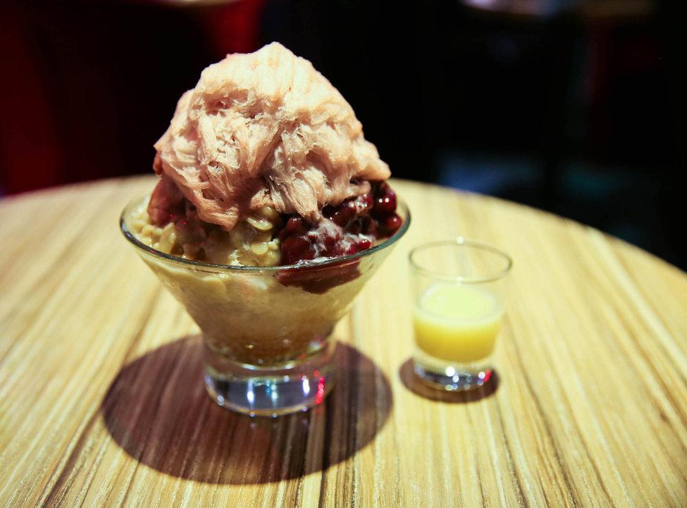 比較傳統的口味:芋頭/花生紅豆牛奶冰佐紅豆棉花甜。