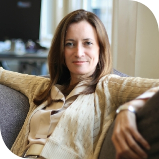 Blythe Masters  CEO Digital Asset Holdings USA       Blythe Masters is CEO of Digital Asset, a New York headquartered financial technology company that builds distributed, encrypted straight through processing tools for wholesale financial service providers using distributed ledger technology.  She is also Chair of the Governing Board of the Linux Foundation's open source Hyperledger Project, member of the International Advisory Board of Santander Group, and Advisory Board Member of the US Chamber of Digital Commerce. Blythe was previously a senior executive at J.P. Morgan which she left in 2014 after a career spanning 27 years, following the successful sale of the bank's physical commodities business which she built between 2007 and 2014. From 2012, she was also responsible for Corporate & Investment Bank Regulatory Affairs.  She was a member of the Corporate & Investment Bank Operating Committee and previously the firm's Executive Committee. From 2004 to 2007, she was CFO of the Investment Bank. Earlier positions included Head of Global Credit Portfolio and Credit Policy and Strategy, Head of North American Structured Credit Products, co-Head of Asset Backed Securitization and Head of Global Credit Derivatives Marketing. Blythe joined J.P. Morgan full-time in 1991, after completing a number of internships at the bank dating back to 1987.  From 2012 to 2014, Blythe was Chair of the Global Financial Markets Association (GFMA). From 2008-2010, she was Chair of the Securities Industry and Financial Markets Association (SIFMA). From 2015 to 2016, she was the Chair of the Board of Santander Consumer Holdings Inc. (NYSE: SC).  Blythe is co-Chair of the Board of the Global Fund for Women, a member of the Board of Directors of the Breast Cancer Research Foundation, a Board Member of the Feminist Institute, an Advisory Board Member of ID2020, and the former Chair of the Board of the Greater New York City Affiliate of Susan G. Komen for the Cure. Blythe has a B.A. in economics from Trinity College, Cambridge.  She is an avid equestrian and lives in New York.