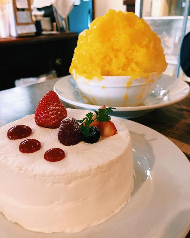 Back in Japan! Made it a point to go back to my favorite kakigori spot! Strawberry white chocolate shortcake kakigori & mandarin yogurt kakigori! 😍😋🍊🎂🍓