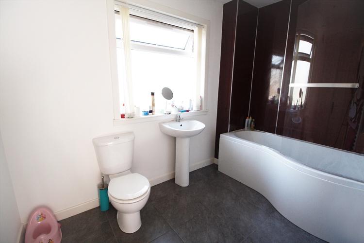 dee-place-upstairs-bathroom.jpg