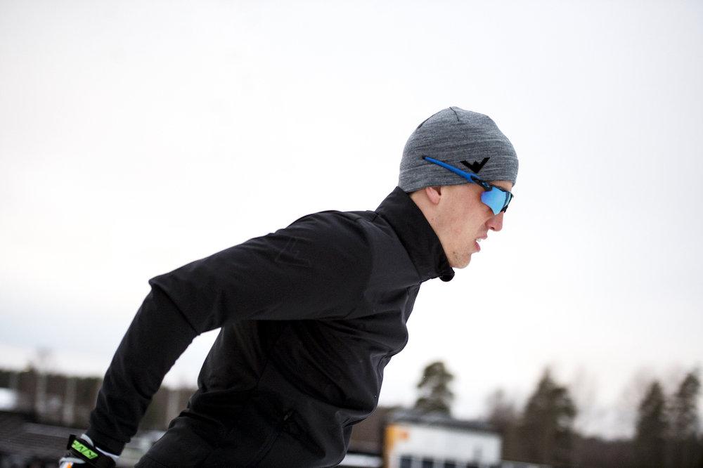Alltid fokuserad! Calle på skidor användandes Wease Softshell Jacket. Calles mössa, Functional Active Hat, är en mössa perfekt för träning i kallare temperaturer.