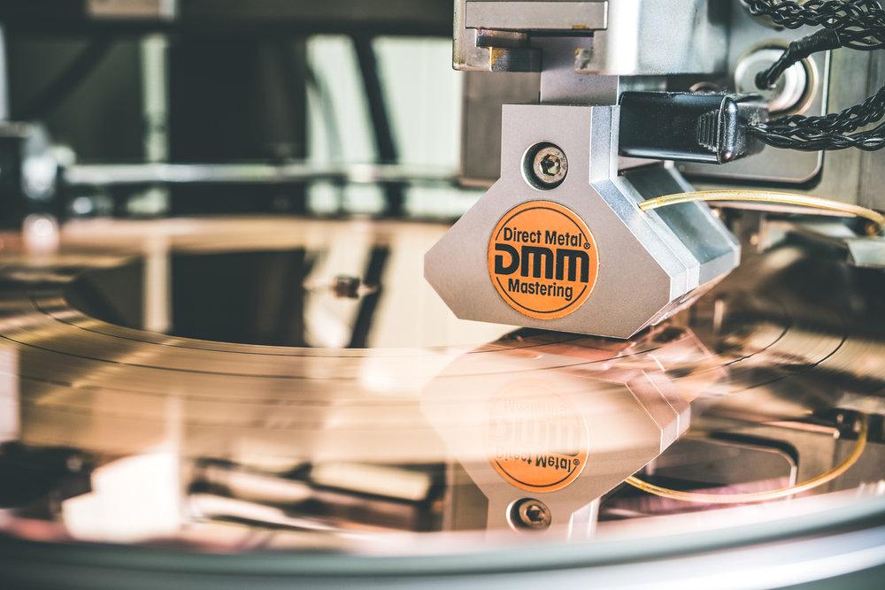 DMM mastering: Řezání drážky do poměděného plechu.