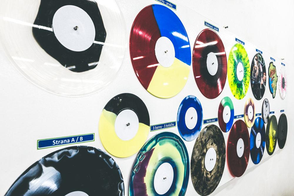 Široká nabídka barev a různých efektů vinylových desek.