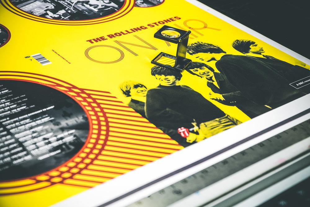Detail na čerstvě vytisknutý arch pro obal na LP. Lupou se kontroluje kvalita tisku.