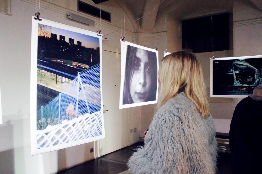 Ingrid och utställningen.