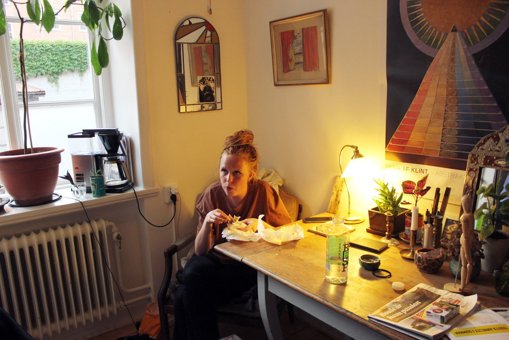 Agnes äter falafel i Fridas kök.