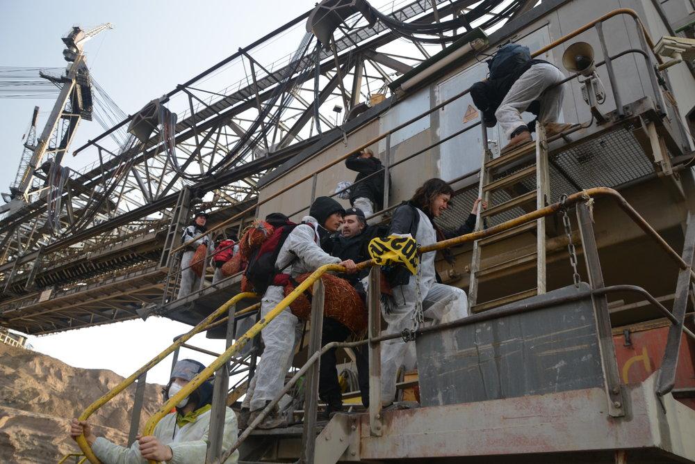 Aktivister ockuperar en maskin som gräver kol.  Foto: Line Skov