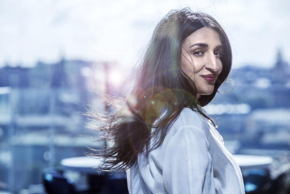 Parisa Amiri, programledare för kulturprogrammet Kobra som nu slås samman med Edit. Foto: SVT/Janne Danielsson