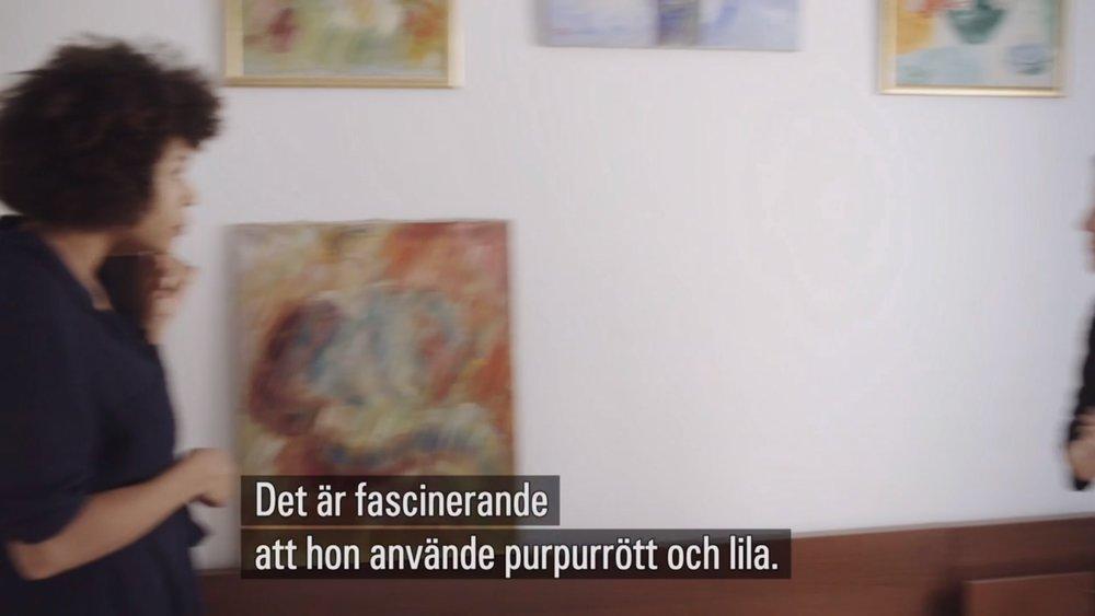 Catherine och Liselotte samtalar om att lila är en förbjuden färg för dem båda.  Skärmdump från SVT.