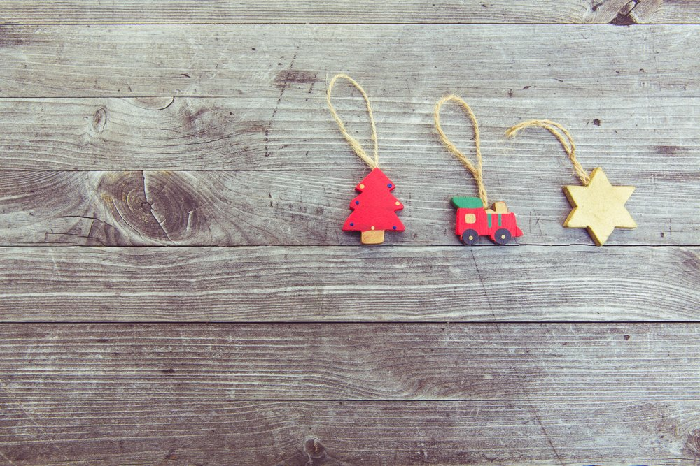 wood-wall-decoration-red-weathered-necklace-158829-pxhere.com.jpg