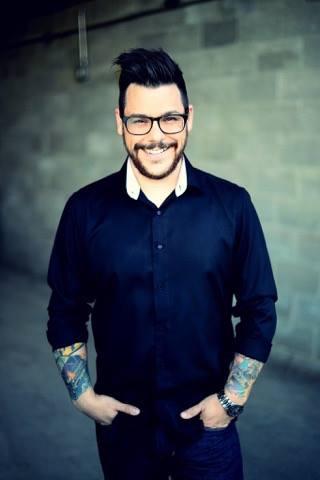 David Brown - Animateur radio, spécialiste des voix commerciales, narrateur, comédien, musicien et magicien.