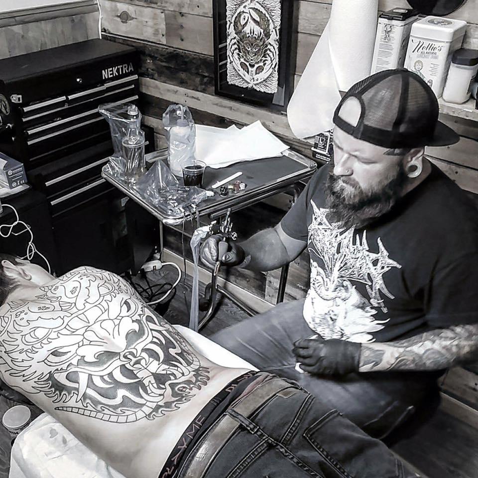 - Cette semaine, nous vous présentons un autre artiste qui sera présent à Tattoo Nouvelle Ère. Voici l'univers de Vince Genois, un artiste tatoueur de Québec qui excelle dans le tatouage traditionnel aux thèmes moins classiques. Nous nous sommes entretenus avec lui, c'est l'occasion pour vous d'en apprendre plus sur ses influences, son travail et son cheminement.