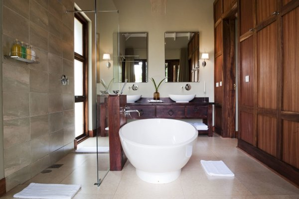 Lake-Duluti_bathroom.jpg