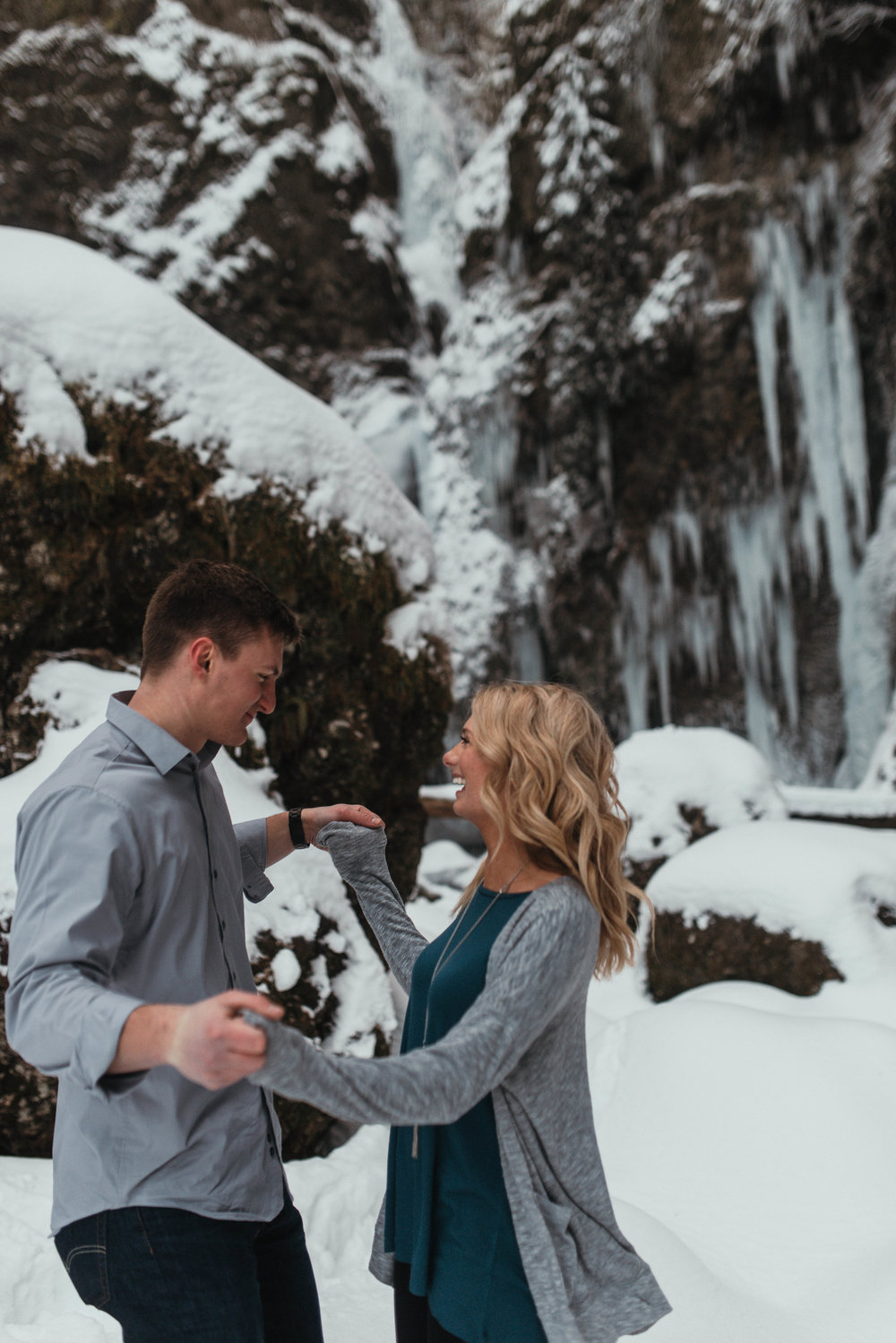 Snow Engagement Photos | Columbia River Gorge Engagment Session | Engagement Photo Ideas | Snow Engagement Session | Engagement Poses | Winter Engagement Session | Jessicaheronimages.com