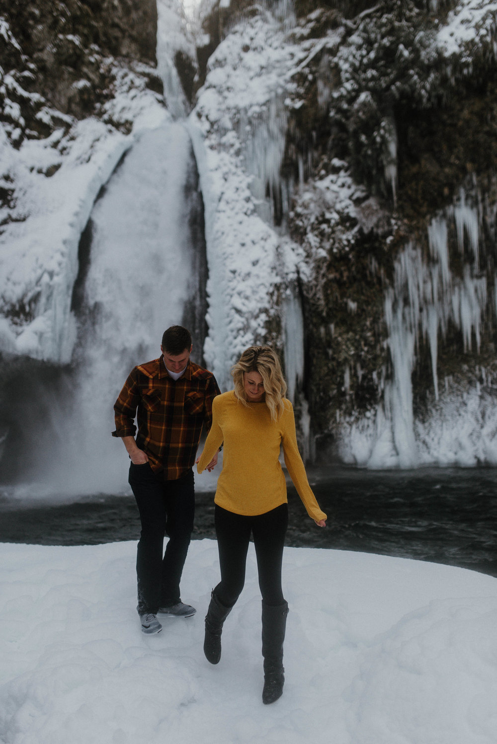 Columbia River Gorge Engagment Session | Engagement Photo Ideas | Snow Engagemens | Winter Engagement | Jessicaheronimages.com | Oregon Waterfall Engagment | Oregon Photographer | PNW Engagment