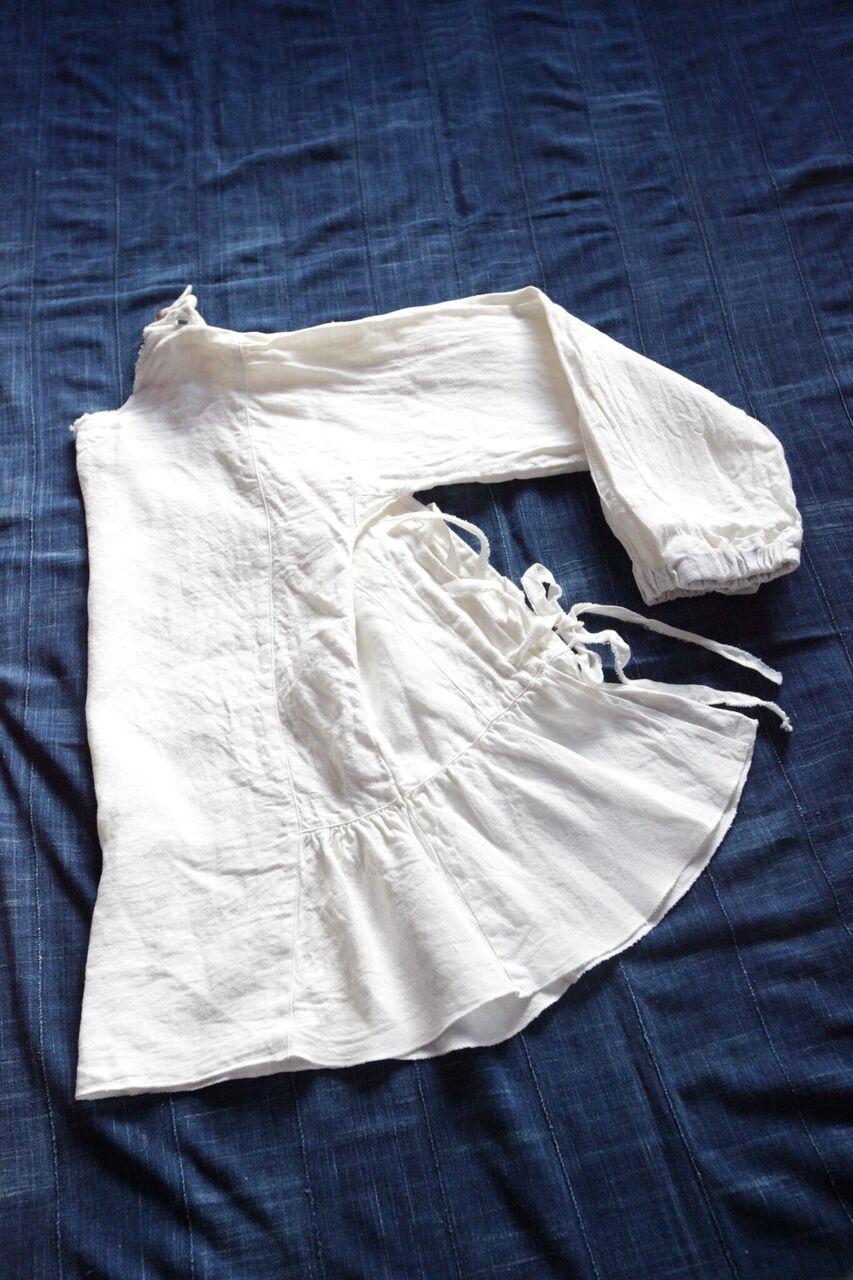 No.5 / ノラふく・スモックブラウス       作業するひとの背中が物語る、というように背面が開きセクシーに着こなすことも。  前後入れ替えることで、カーディガンのように羽織ることのできるスモックブラウス。    Made in Japan Linen:100%  白    本体価格 ¥14,500 + tax 藍染 本体価格 ¥29,500 + tax   お問合わせはこちらからお願いします。