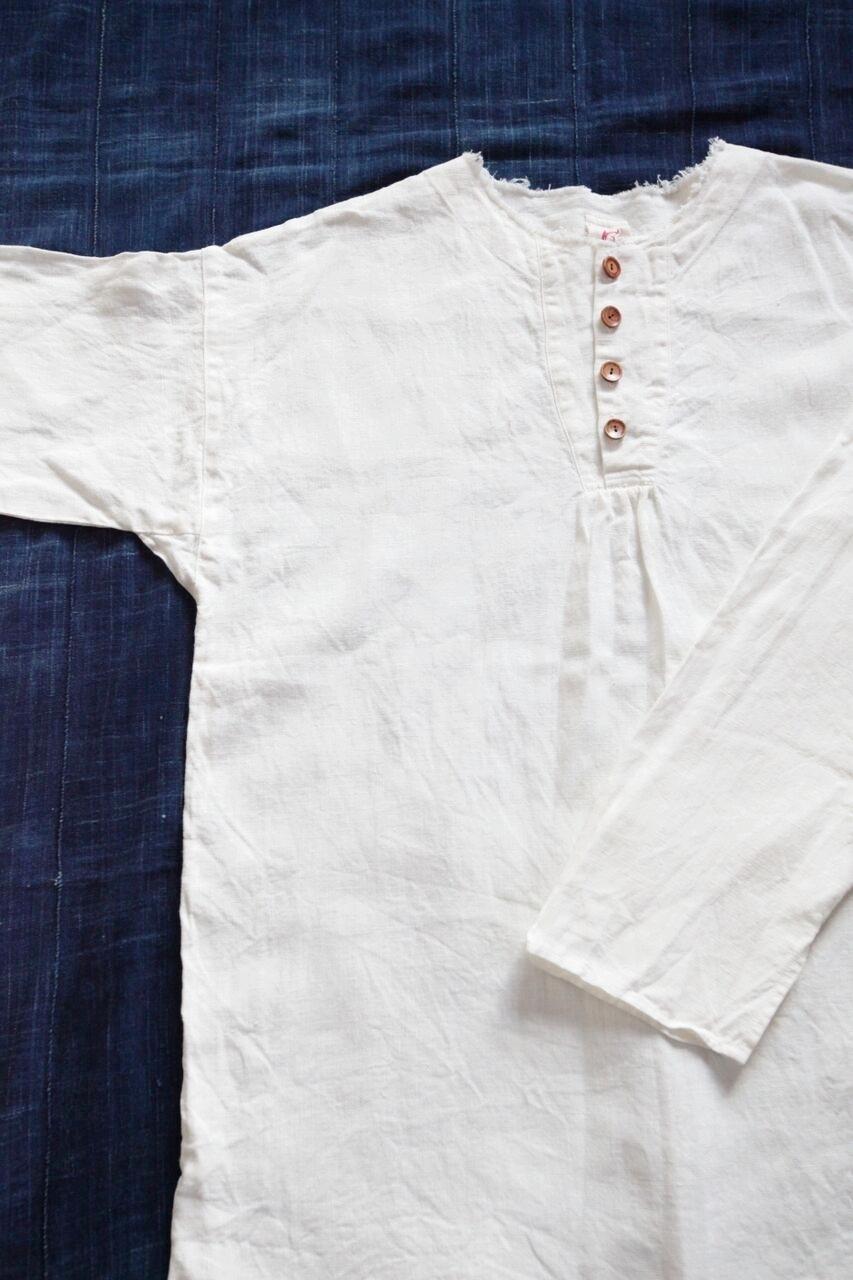 ④ノラふく・プルオーバーシャツ    オーソドックスな形で街着としても一年中着れるプルオーバーシャツ。メンズサイズになりますが男女問わず兼用で着ることができます。  Made in Japan Linen:100% 白   本体価格 ¥12,500 + tax 藍色 本体価格 ¥27,500 + tax お問合わせはこちらからお願いします。