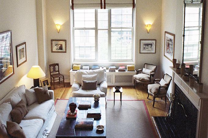Beekman Place | New York    Le mélange héteroclite et un peu décousu des meubles fait de cette pièce le centre de tout l'appartement.