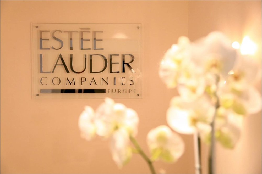 Estée Lauder | Paris   Créer une ambiance féminine et sophistiquée tout en s'adaptant aux besoins actuels pratiques et fonctionnels a été l'objectif de cette rénovation dans cet immeuble haussmannien siège d'Estée Lauder à Paris.