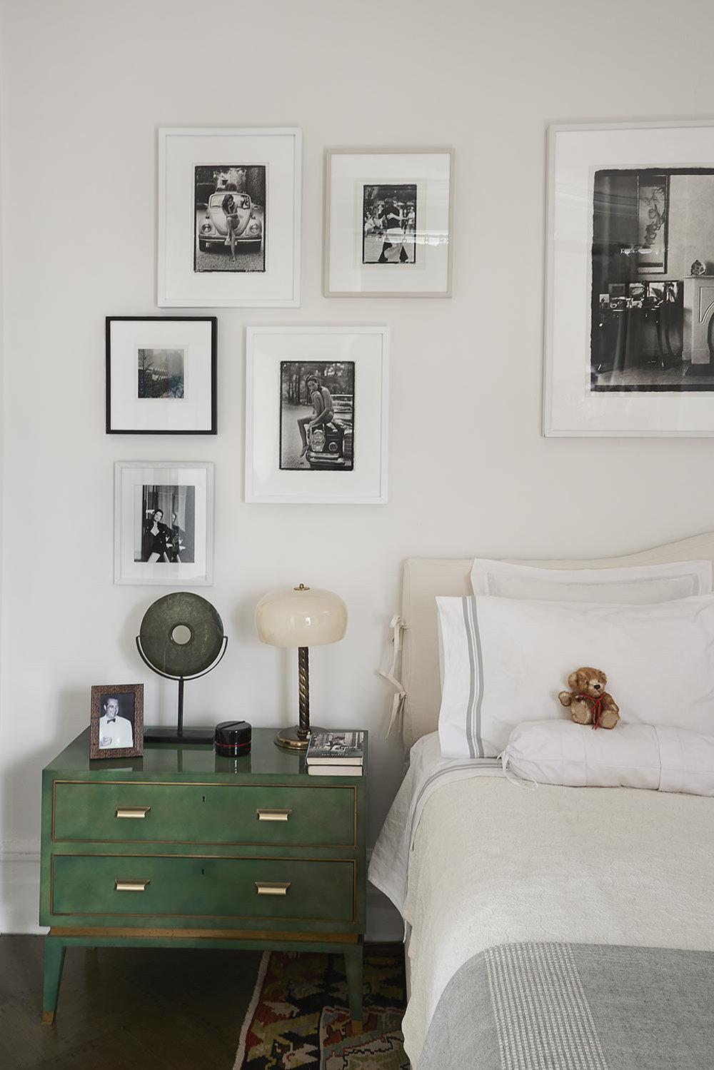 Upper East Side | Nueva York   Entrando por un pasillo de inspiración africana con tapetes Kuba procedentes de Mali y paredes tapizadas en rafia, desemboca un salón donde predominan los colores rosa y lila en una atmósfera italiana de los años 50 con fotografías en blanco y negro y muebles lacados vintage.
