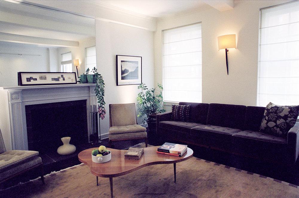 Midtown | New York   Les meubles années 50 et les tons subtils et neutres font de cet appartement un havre de paix et de silence dans le coeur de Manhattan.