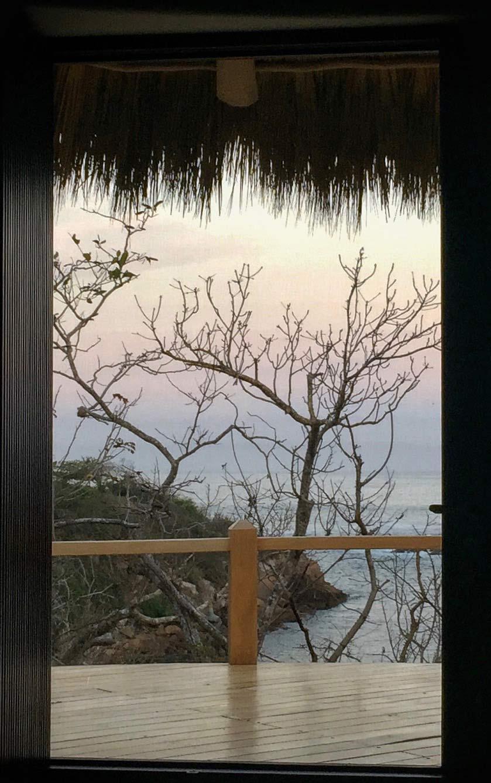 Côte Pacifique   Avec une vue imprenable sur l océan pacifique du Sud ce petit morceau de paradis vous accueille dans son design simple et sophistiqué adapté à la région et à son climat.  Tous les matériaux et une grande partir des muebles,les tissus aux couleurs vibrantes tissés à la main, les lampes ont été créés et produits localement.