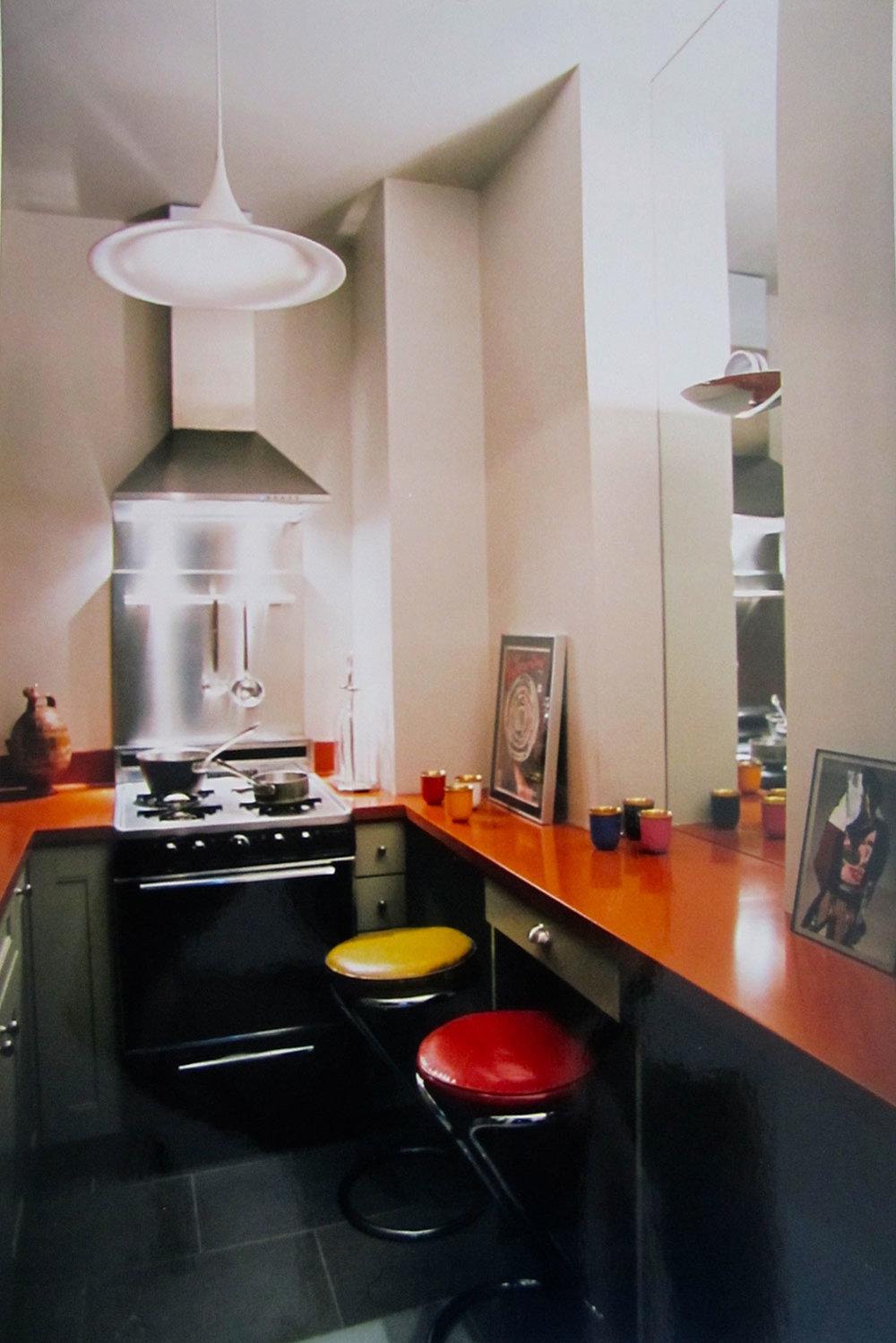 Midtown Manhattan |New York   En barrio muy residencial, una acogedora habitación azul de inspiración francesa, una cocina funky y un salón oriental de inspiración hindú crean el encanto de este pequeño departamento.