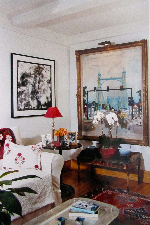 Midtown Manhattan | New York   Au coeur d'un quartier cossu et résidentiel, une petite chambre à coucher bleue et accueillante, une mini cuisine branchée de célibataire et un salon d'inspiration indienne moyen-orientale font le charme de ce petit appartement.