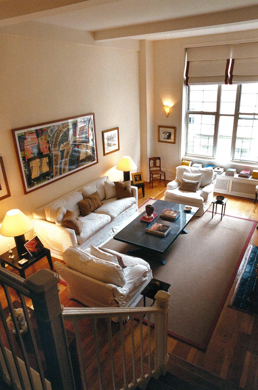 Beekman Place | Nueva York   Las combinaciones del mobiliario y su toque informal hacen de esta sala de doble altura el centro de todo el departamento.