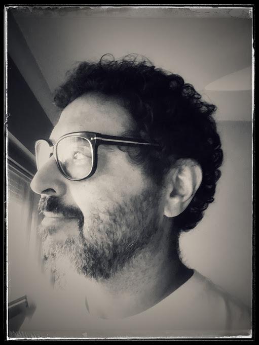 MAURICIO TAGLIARI - Músico e produtor paulistano, formado em Comunicação Social ( especialização em Produção de RTV) pela Escola de Comunicações e Artes da USP, iniciou sua carreira no Departamento de Divulgação da gravadora PolyGram. Depois de uma assistência de direção em teatro para Antonio Abujamra passou a produzir música para o departamento de RTVC da agência DPZ. Em 1987 fundou o grupo de cool jazz Nouvelle Cuisine com o qual lançou quatro álbuns e viajou o Brasil em várias turnês.Desde 1995 é sócio-fundador e diretor artístico da gravadora, editora e estúdio ybmusic, foco de resistência da música independente, onde produziu e/ou lançou mais de 120 CDs de artistas como Comadre Fulozinha, Nina Becker, Passo Torto, Otto, Trio Mocotó, Walter Franco, Curumin, Rômulo Froes, Lulina, Blubell, Felipe Cordeiro, Tulipa Ruiz, Nação Zumbi, Siba, Karina Buhr, Sujeito a Guincho, Saulo Duarte e a Unidade, entre outros.Ultimamente vem se dedicando a projetos de música para cinema e séries de TV, tanto no Brasil quanto no exterior. Assina a direção musical das trilha sonora originais de longas-metragens, como
